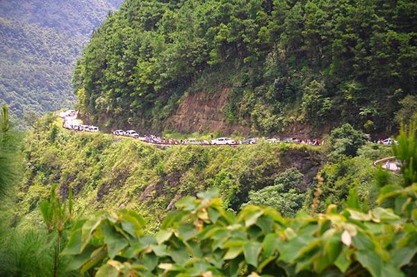 Tình trạng ùn tắc tương tự cũng xảy ra tại đoạn đường lên núi Mẫu Sơn (Lạng Sơn). Theo đó, do tuyến đường nhỏ hẹp, nhiều ô tô di chuyển cùng một lúc dẫn đến tắc đường cục bộ. Ảnh: Dân Việt