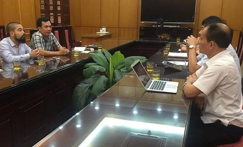 Ông Lại Thanh Sơn - Phó chủ tịch UBND tỉnh Bắc Giang (ngoài cùng bìa phải) cùng lãnh đạo các phòng ban làm việc nóng với PV Dân trí ngay sau các bái viết về số phận của người thương binh Lê Văn Dinh.