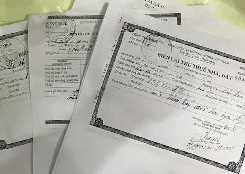 Biên lai thu thuế nhà đất trong nhiều năm được gia đình bà Bỉnh lưu giữ.