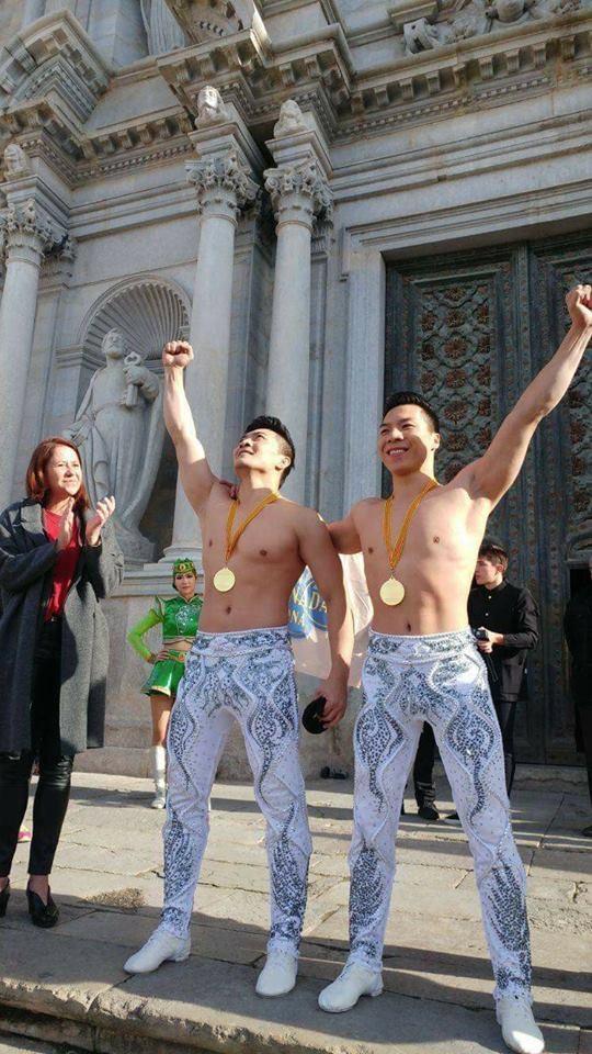 Niềm vui của hai anh em khi hoàn thành phần biểu diễn tại nhà thờ Girona - Tây Ban Nha.