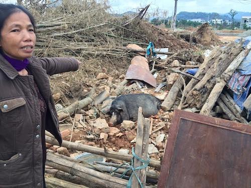 Tài sản của gia đình bà Bỉnh ngổn ngang sau khi bị cưỡng chế thu hồi đất.