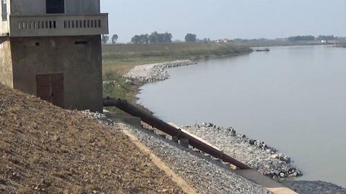 Hậu quả là sông Cầu được khơi thông chưa thấy đâu mà tỉnh Bắc Ninh đang phải bố trí 30 tỷ đồng từ nguồn kinh phí của tỉnh để xử lý sự cố sạt lở.