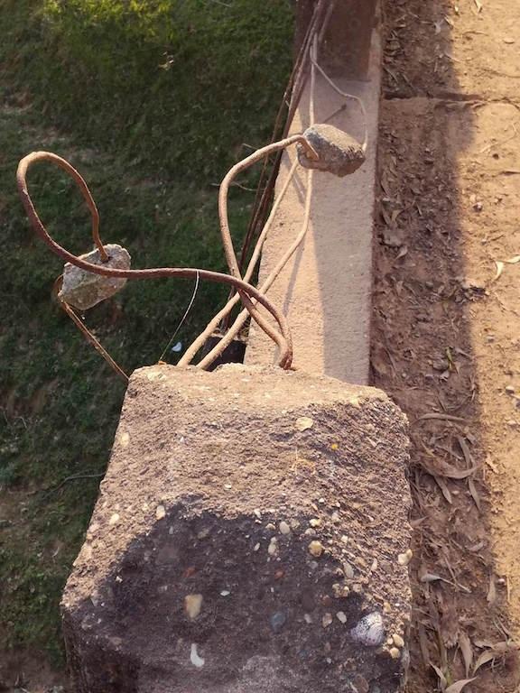 Thành cầu, lan can cầu đã bị hư hỏng lòi sắt.