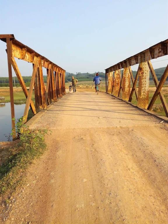 Một số cây cầu khác thì sắt đã bị gỉ vàng ố.