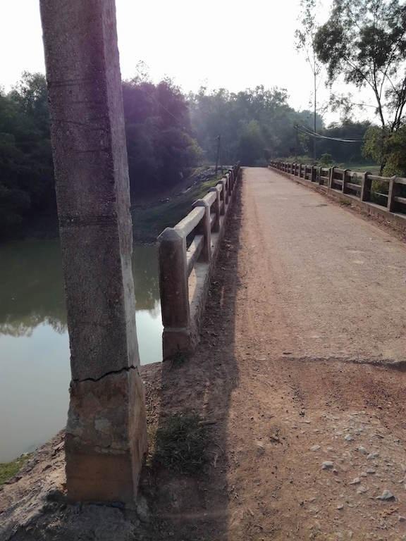Những chiếc cầu hư hỏng đã và đang trở nên nguy hiểm cho mỗi chuyến xe qua.