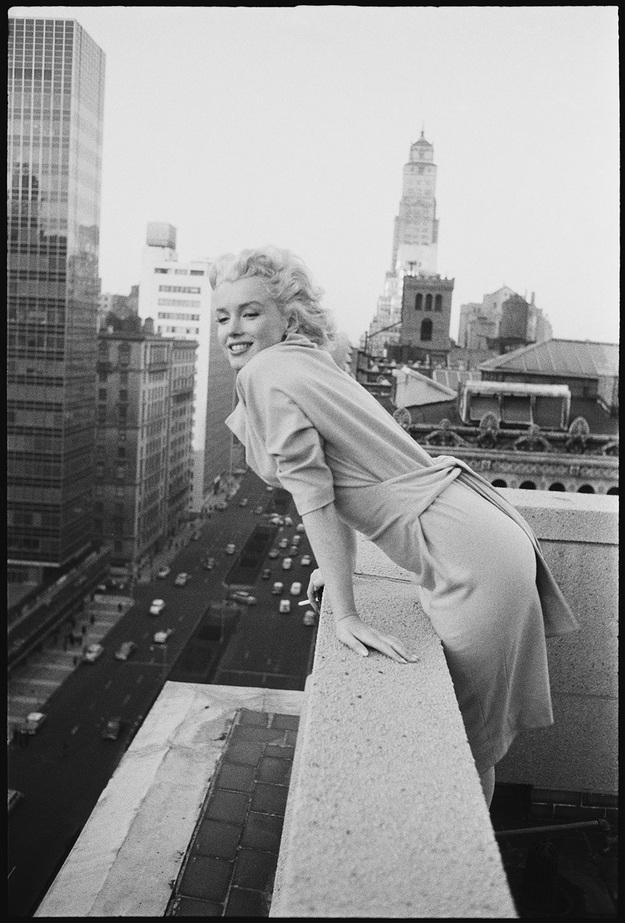 Bức ảnh do Ed Feingersh thực hiện, ghi lại hình ảnh Marilyn vui tươi nhìn ngắm đường phố bên dưới từ ban công phòng khách sạn Ambassador Hotel. Đây là một bức ảnh kinh điển, phản ánh tâm hồn tươi mới của Marilyn trong giai đoạn này.