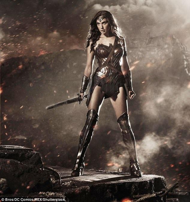 """Lần đầu Gal Gadot xuất hiện trong vai Wonder Woman là ở phim """"Batman v Superman: Dawn of Justice"""" (Batman đại chiến Superman: Ánh sáng công lý - 2016). Vai diễn phụ này có vai trò giới thiệu Wonder Woman tới người xem điện ảnh."""