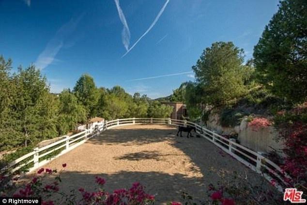 Nơi đây có vài chuồng ngựa, và những lối đi rải sỏi trắng để dành cho việc cưỡi ngựa.