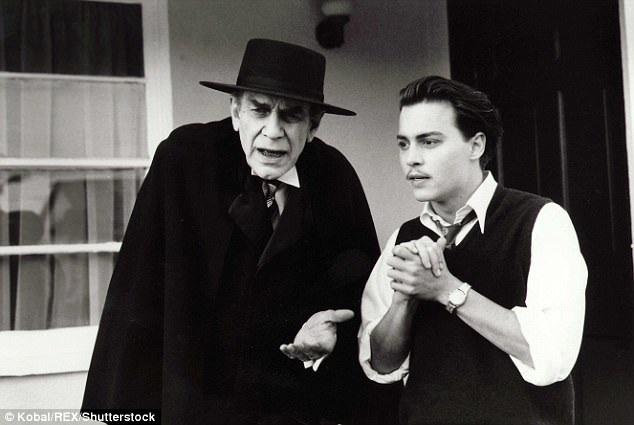 """Mantin Landau đã hóa thân rất hoàn hảo thành nam diễn viên Bela Lugosi trong """"Ed Wood"""" (1994). Lugosi chính là nam diễn viên nổi tiếng với vai Bá tước Dracula. Xuất hiện bên cạnh Landau, là nam diễn viên Johnny Depp đảm nhận vai chính trong phim."""