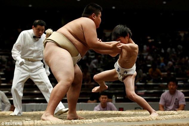 Những hình ảnh ấn tượng này được chụp tại vòng loại cuộc đấu vật Wanpaku đang được tổ chức ở thành phố Tokyo, Nhật Bản. (Ảnh: Reuters)