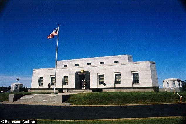 """Lần đầu tiên kho vàng Fort Knox trứ danh của nước Mỹ đón """"người ngoài"""" tới thăm kể từ năm 1974."""
