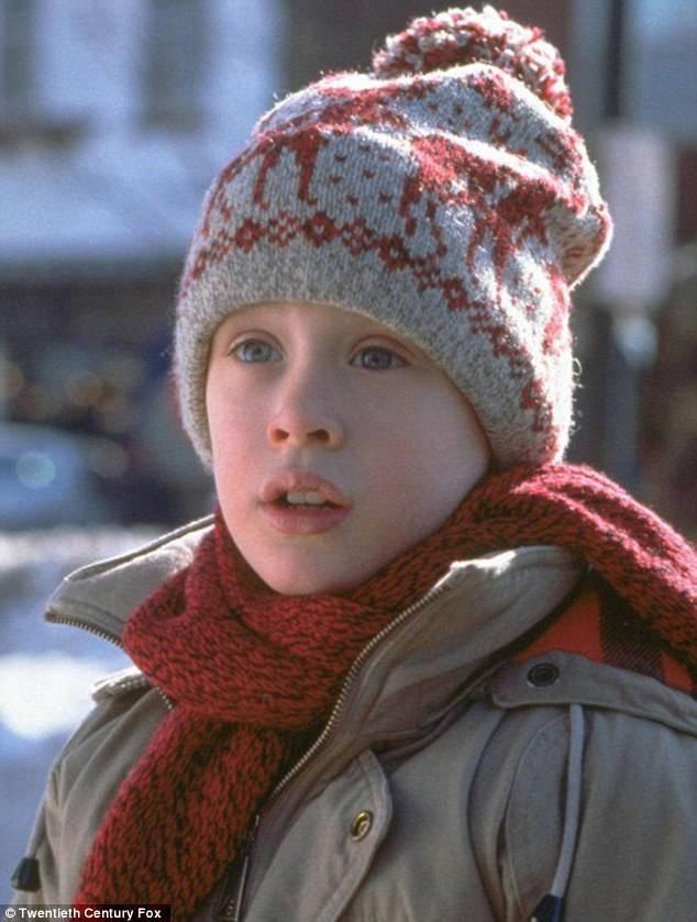 """Nhân vật Kevin McCallister (diễn viên nhí một thuở - Macaulay Culkin - vào vai) đã bị cả nhà bỏ quên và phải """"ở nhà một mình"""" vào dịp lễ Giáng sinh trong khi các thành viên khác bay tới Paris."""