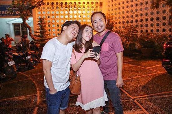 """Danh hài Tiến Luật khoe ảnh chụp chung với bà xã Thu Trang và Trường Giang đang tạo dáng hài hước: """"Tôi luôn đứng đắn trong mọi hoàn cảnh""""."""