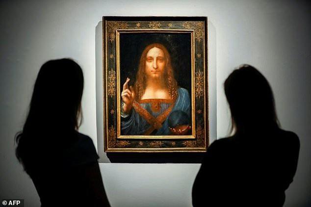 """Bức """"Salvator Mundi"""" là một trong chưa đầy 20 bức tranh của danh họa Leonardo Da Vinci còn tồn tại cho tới nay. Tại thời điểm được đem ra đấu giá, đây cũng đồng thời là bức họa cuối cùng của Da Vinci còn có thể mua trên thị trường do các bức khác đều đã nằm trong bộ sưu tập của các bảo tàng lớn, vốn thường không rao bán tác phẩm quý."""