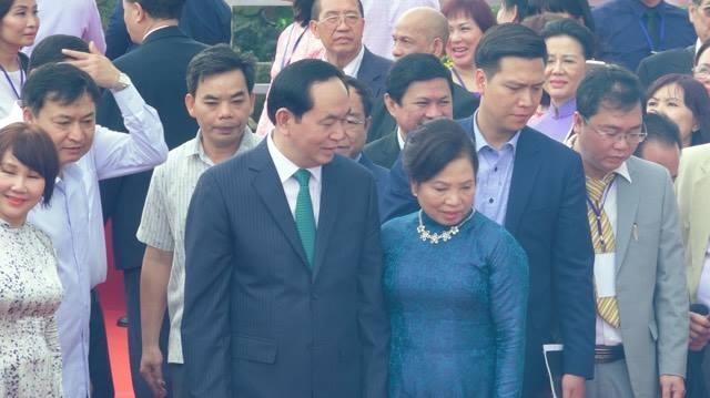 Chủ tịch nước Trần Đại Quang và phu nhân tiến ra khu vực bến sông để tiến hành nghi thức thả cá chép