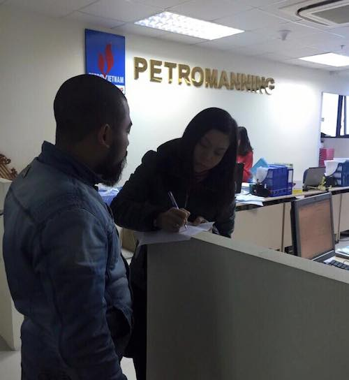 Nhân viên Công ty Petromanning (phải) ghi nhận những nội dung đề nghị cung cấp thông tin của PV Dân trí về trường hợp lao động Trần Thị T.