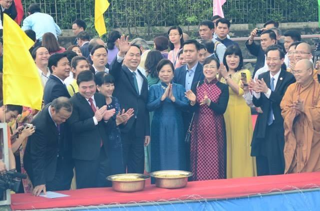 Chủ tịch nước cùng phu nhân thực hiện nghi thức thả cá chép