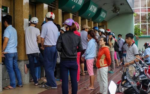 Tại các khu công nghiệp Linh Xuân (quận Thủ Đức), khu chế xuất Tân Thuận (quận 7), hàng trăm công nhân xếp hàng dài trước trụ ATM để tút tiền về Tết.