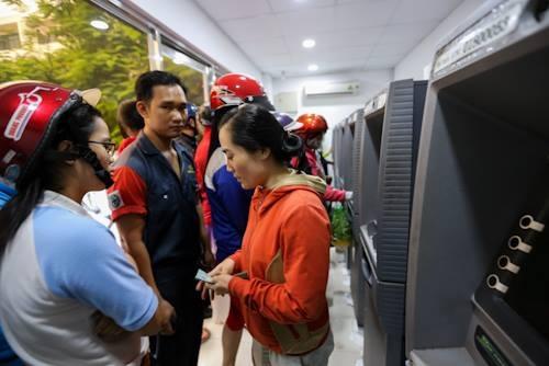 Chị Thúy (quê Trà Vinh) chờ hơn 30 để rút tiền tại trụ ATM.