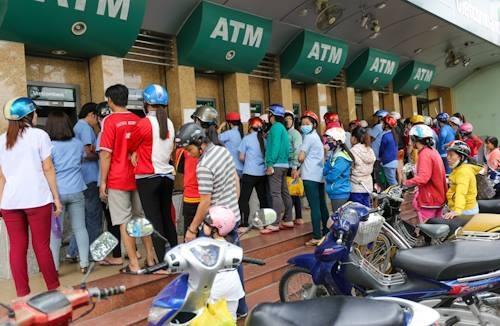 Càng về chiều, dòng người chờ rút ATM càng kéo dài thêm.