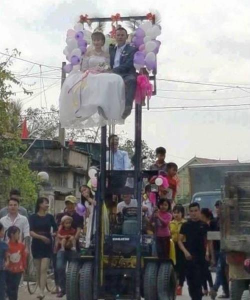 Cô dâu chú rể ngồi rước dâu trên xe nâng cao tầm 3m, khiến cộng đồng xôn xao.