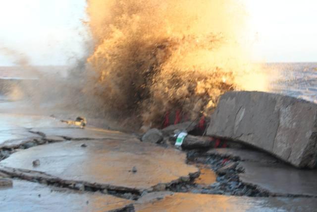 Kè đê biển Gành Hào đang bị sạt lở rất nghiêm trọng.