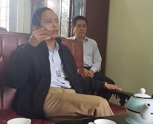 Vi phạm chỉ đạo của Thủ tướng, ông Ngô Minh Tùng - Trưởng phòng TNMT TP Bắc Giang thản nhiên hút thuốc lá trong buổi làm việc chính thức với PV Dân trí do UBND TP Bắc Giang sắp xếp.