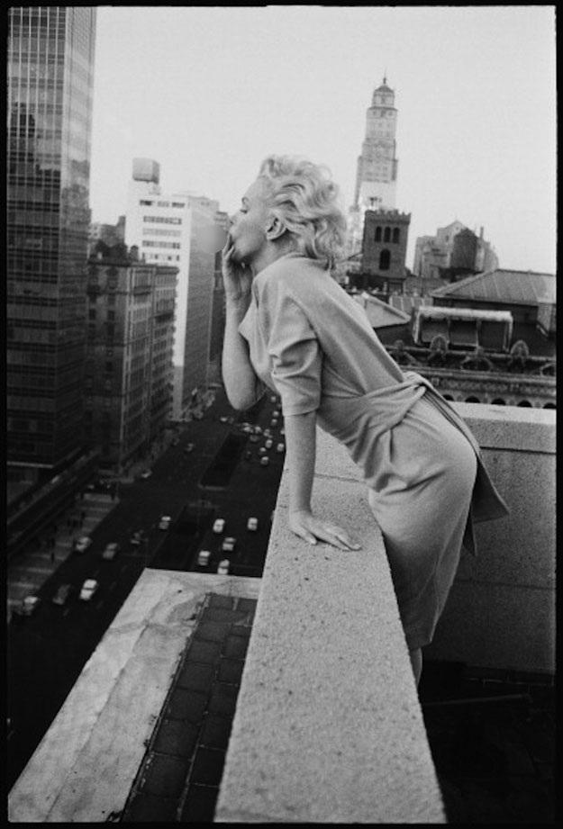 Ở New York, Marilyn lựa chọn những chiếc váy rộng hơn, nàng không còn uốn tóc xoăn phồng và trang điểm nhạt hơn.