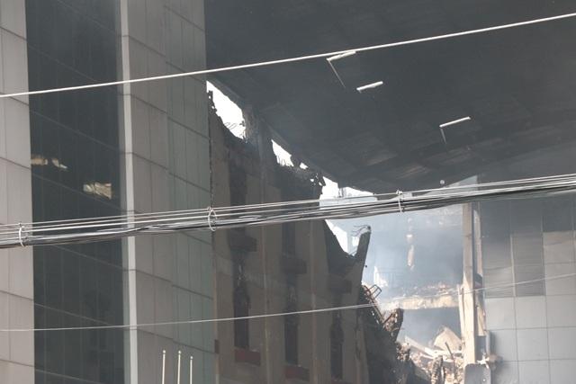 Lực lượng chức năng phải chữa cháy suốt 24 giờ mới tắt được ngọn lửa