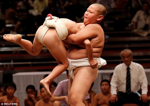 Phần thắng thuộc về võ sĩ sumo nào làm cho đối thủ của mình bước ra ngoài vòng tròn thi đấu, hoặc ngã chạm sàn cát trước. (Ảnh: Reuters)