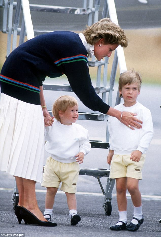 Hai hoàng tử Anh - William và Harry - trong một bức ảnh chụp bên công nương Diana hồi tháng 8/1986. Có thể thấy quần soóc là một trang phục đặc trưng dành cho các hoàng tử bé trong Hoàng gia Anh.