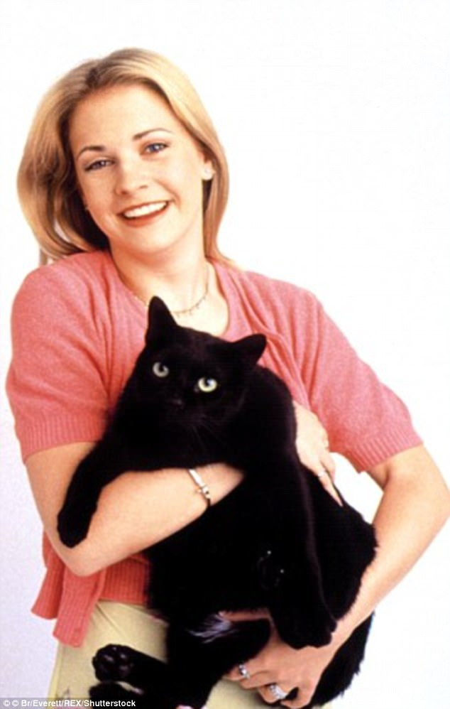"""""""Sabrina - Cô phù thủy nhỏ"""" dự kiến sẽ quay trở lại màn ảnh nhỏ vào năm tới với một chuyện phim trưởng thành và """"đen tối"""" hơn. Trong loạt phim nguyên gốc lên sóng từ năm 1996-2003, nữ diễn viên Melissa Joan Hart đã rất được người xem yêu mến. Khán giả hẳn cũng còn nhớ chú mèo đen phù thủy lém lỉnh - Salem."""
