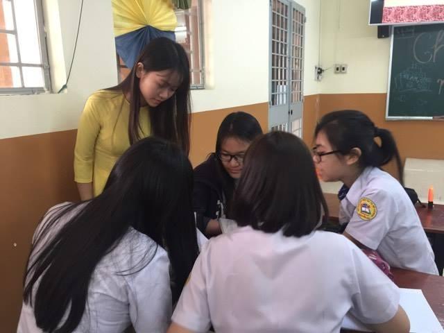 Học sinh Trường THPT Nguyễn Du, TPHCM hóa thân vào thầy cô giáo