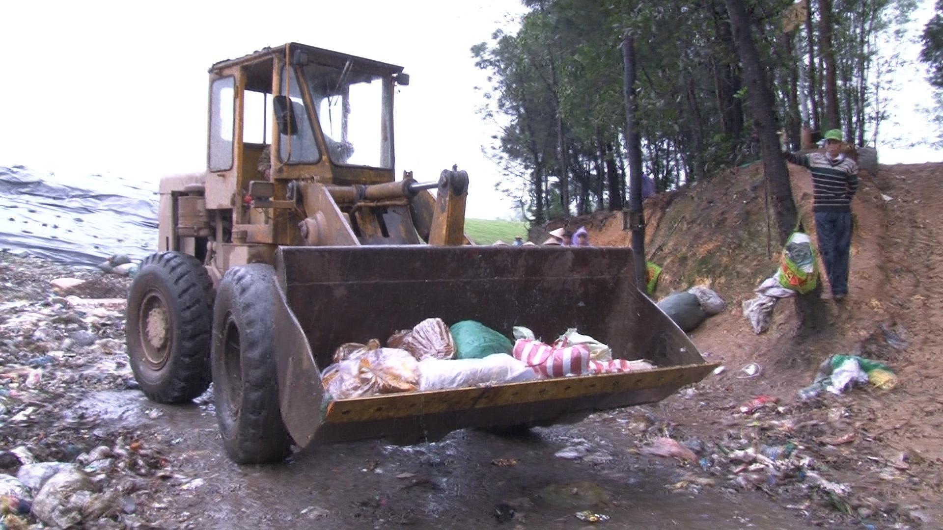 Tiêu hủy hơn 200kg thực phẩm bẩn tại nhà máy xử lý rác Thủy Phương