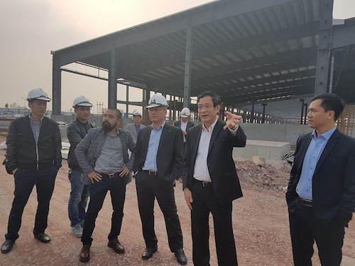 Giám đốc Sở TN&MT Lê Hồng Sơn (thứ hai từ phải sang) cùng đại diện Ban quản lý các KCN tỉnh Bắc Giang trao đổi với PV Dân trí (thứ tư từ phải sang) tại hiện trường dự án sai phạm sau khi dự án bị yêu cầu tạm dừng.