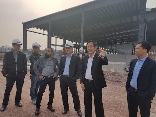 Giám đốc Sở TN&MT Lê Hồng Sơn (thứ hai từ phải sang) cùng đại diện Ban quản lý các KCN tỉnh Bắc Giang trao đổi với PV Dân trí (thứ tư từ phải sang) tại hiện trường dự án sau buổi họp báo.