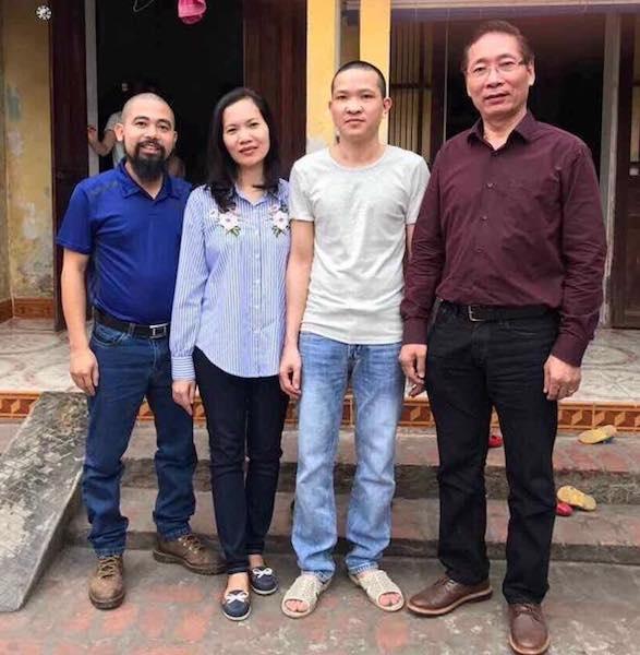 PV Dân trí cùng luật sư Nguyễn Chiến (ngoài cùng bìa phải), có buổi gặp gỡ, trao đổi với bị can Đỗ Văn Chung (thứ hai từ phải sang) ngay sau khi bị can về đến nhà trong vụ án VKSND tỉnh Hưng Yên quy kết sai tội bị can.