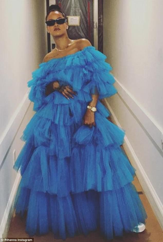Rihanna không phải một ngôi sao nữ luôn đặt áp lực mình phải mặc đẹp, cô đề cao cá tính, phong cách hơn tiêu chí thẩm mỹ. Ở cô tỏa ra một thứ hấp lực thời trang vượt trên vẻ đẹp bóng bẩy, hào nhoáng thường thấy ở nhiều ngôi sao.
