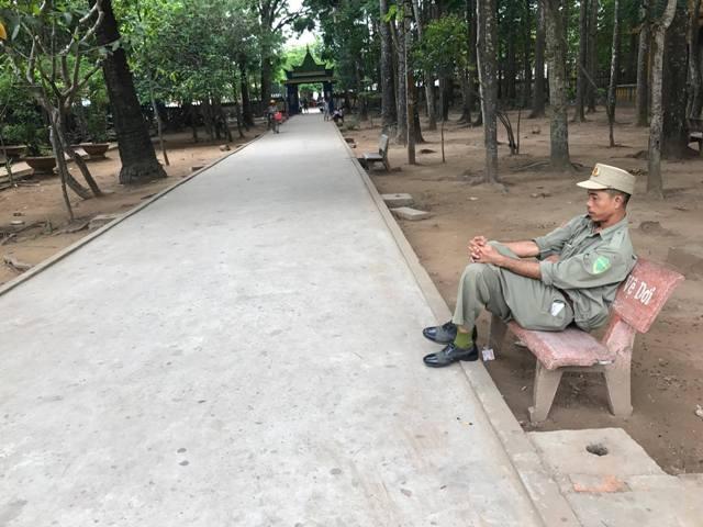 Bảo vệ ngồi buồn hiu khi chùa Dơi ngày càng ế khách.