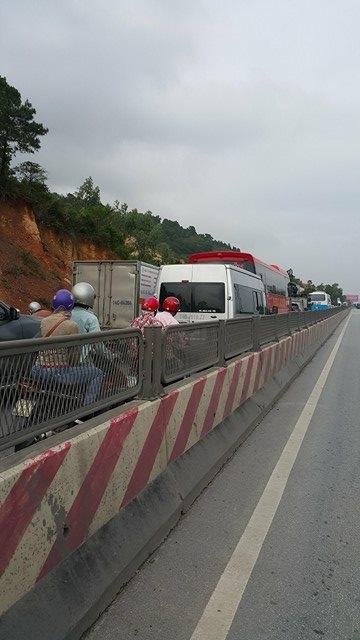 Tuy không có thiệt hại về người nhưng vụ TNGT khiến giao thông tại đây bị ùn tắc nghiêm trọng