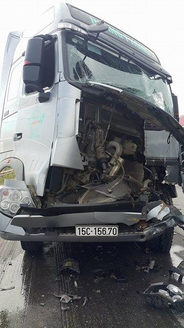 Sau cú đâm, chiếc xe sau bị hư hỏng nặng toàn bộ phần đầu