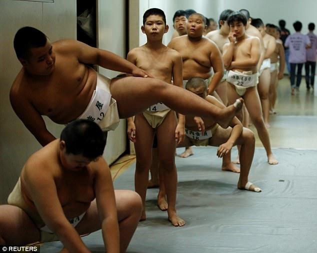 Môn đấu vật sumo được cho là giúp nuôi dưỡng lòng dũng cảm trong các bé trai. (Ảnh: Reuters)
