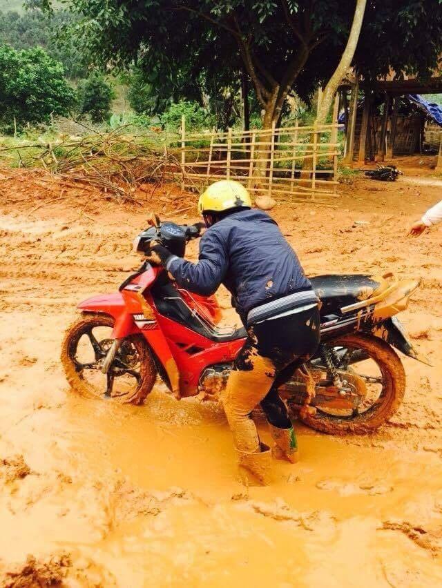 Cô Phạm Thị Yến Hoa trên đường từ nhà vào xã Phong Dụ Thượng dạy học bị ngã xe máy, cả người lấm lem bùn đất