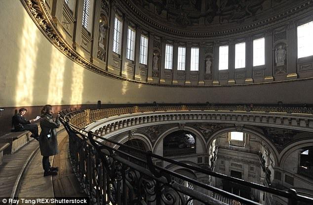 Đứng ở ban công chạy quanh mái vòm, du khách có thể thì thầm vào bức tường và những lời nói của họ sẽ vọng tới phía bên kia công trình.