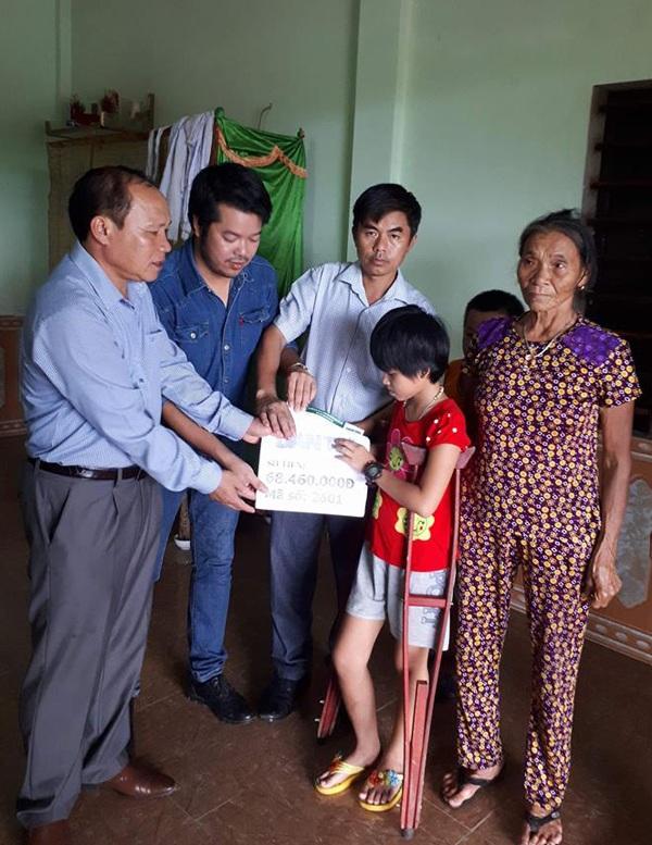 PV Dân trí cùng Bí thư huyện ủy Cẩm Xuyên, đại diện chính quyền địa phương trao số tiền 68.460.000 đồng kết chuyển từ Quỹ Nhân ái tuần 2 tháng 7/2017 cho gia đình bé Thủy Uyên.