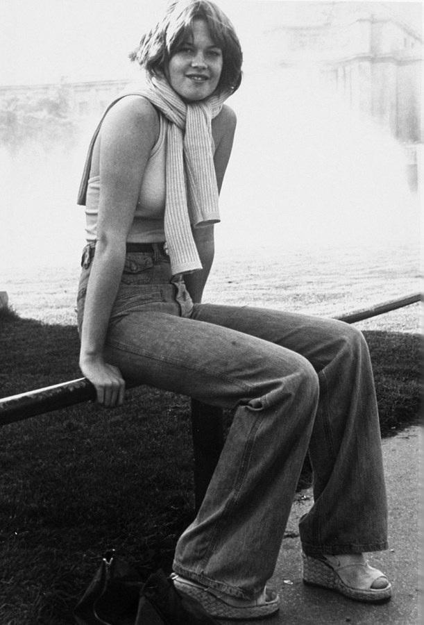 """Melanie Griffith (1975): Là con gái của hai diễn viên Tippi Hedren và Peter Griffith, Melanie Griffith về sau lại có con gái - Dakota Johnson - cũng được nhận giải Miss Golden Globe. Melanie là một trường hợp tài năng hiếm thấy từng nhận được danh hiệu Quý cô Quả Cầu Vàng. Ở tuổi 18, nữ diễn viên ra mắt Hollywood và bắt đầu bước vào sự nghiệp diễn xuất, về sau Melanie còn giành một giải Quả Cầu Vàng với vai diễn trong """"Working Girl"""" (1988)."""