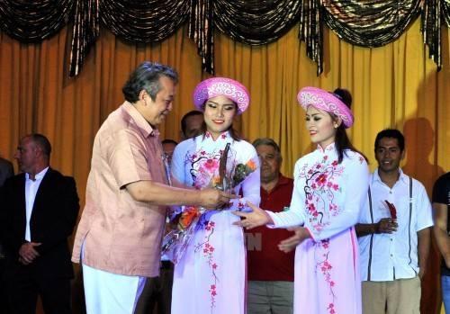 Tiến sĩ Hoàng Minh Khánh – Hiệu trưởng Trường Trung cấp Nghệ thuật Xiếc và Tạp kỹ Việt Nam tăng hoa cho hai học viên mang về giải vàng cho xiếc Việt Nam tại liên hoan xiếc quốc tế vừa diễn ra ở Cuba.