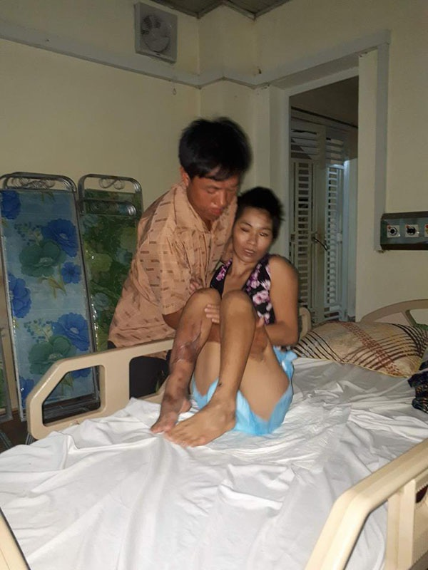 Thật đáng thương khi bé Uyên vẫn chưa biết mẹ em đang gặp chấn thương nặng, vẫn phải nằm điều trị tại bệnh viện.