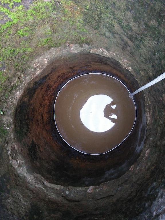 Giếng nước màu vàng khè, có váng vàng, khi động đến thì tạo bọt bóng.
