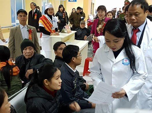 Bộ trưởng Bộ Y tế tiếp xúc bệnh nhân tại BV Đa khoa Bắc Kạn. Ảnh: H.Hải